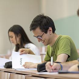 Studierende arbeiten konzentriert während einer schriftlichen Prüfung.