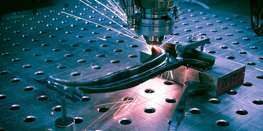 [Translate to Englisch:] Sujetfoto aus der Materialforschung: Schweißen von Metallteilen