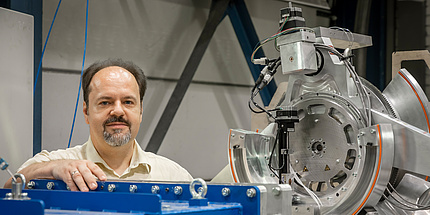 TU Graz-Forscher mit einer Viertelsektorkaskade eines Flugzeugtriebwerks