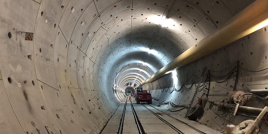 Ein Tunnel von innen. Die Wände sind aus Beton.