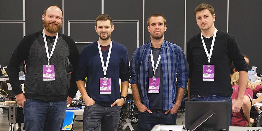 Vier Männer stehen nebeneinander.