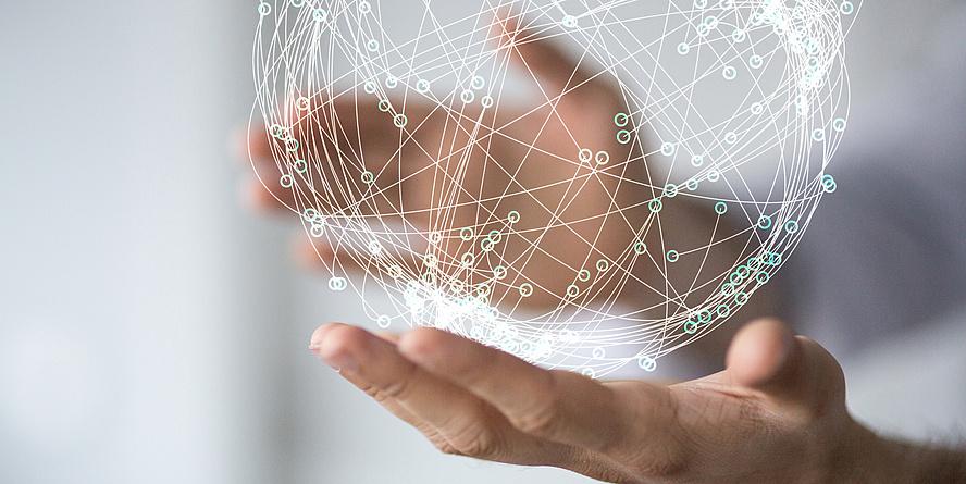 2 Hände halten einen stilisierten Erdball mit vielen vernetzten Punkten.