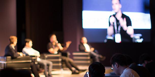 Personen auf einem Podium bei einer Diskussion
