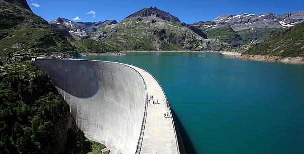 Eine Staumauer und ein Stausee. Bildquelle: sumnersgraphicsinc – Fotolia.com