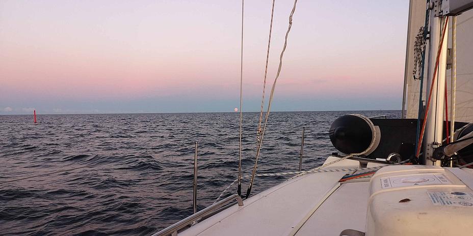 Blick von einem Segelschiff auf das Meer