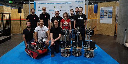 Zwei erfolgreiche Robotik-Teams der TU Graz; mit am Bild Rettungsroboter Wowbagger des Teams TEDUSAR und die drei Logistik-Roboter des Teams GRIPS