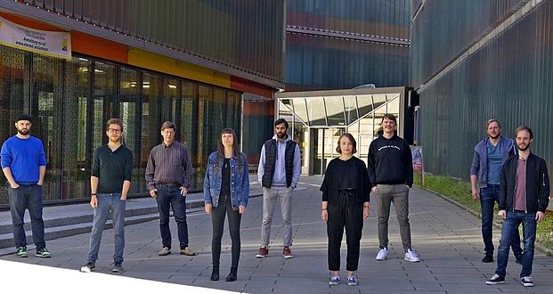 Junge Forscherinnen und Forscher posieren auf einem Vorplatz