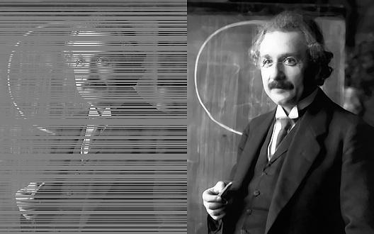 Gegenüberstellung eines Porträts von Albert Einstein, einmal mit technischen Bildfehlern, einmal mit Korrektur