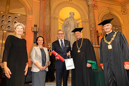 Würdenträger*innen der TU Graz mit einer geehrten Person