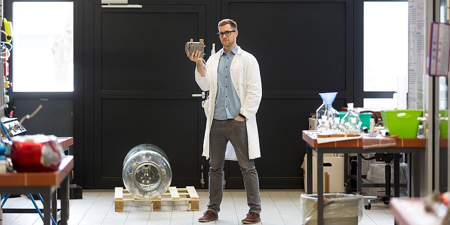 Alexander Schenk steht in seinem Labor.