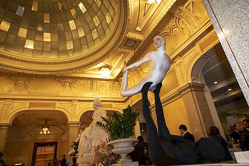Zwei Akrobaten in schwarz und weiß gekleidet zeigen eine Figur