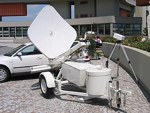 Satellitenantenne auf einem PKW-Anhänger