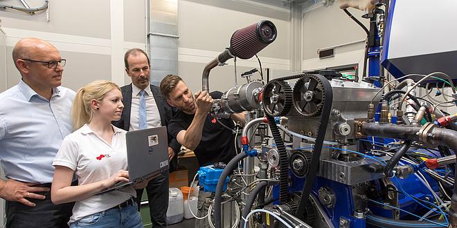 Die beiden Leiter des AVL-TU Graz Transmission Center vor einem Getriebe