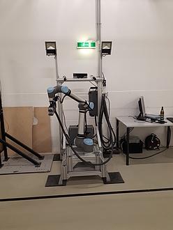 Der Laderoboter besteht aus einem Metallaufbau und einem flexiblen Roboterarm mit mehreren Gelenken.