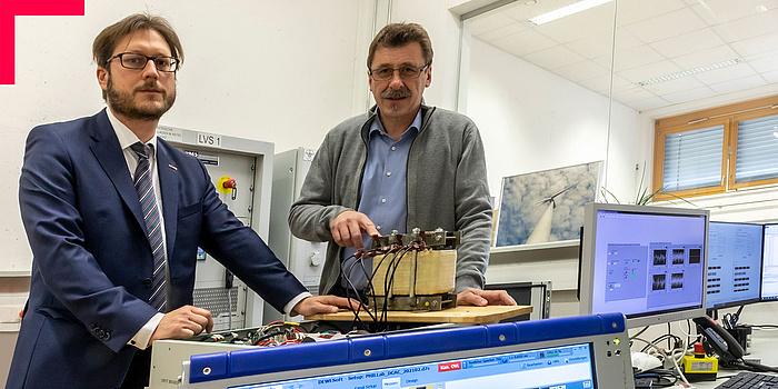 Zwei Männer in einem elektrotechnischen Labor