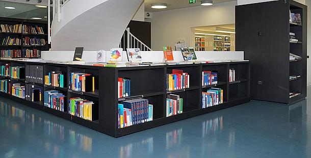 Bücherregalen in der Bibliothek der TU Graz. Bildquelle: Herbst – TU Graz