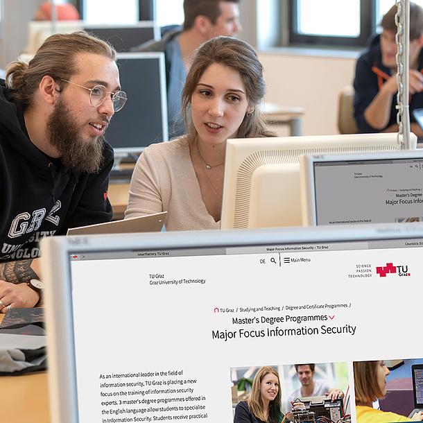 Zwei Studierende sitzen vor einem Computer und unterhalten sich.