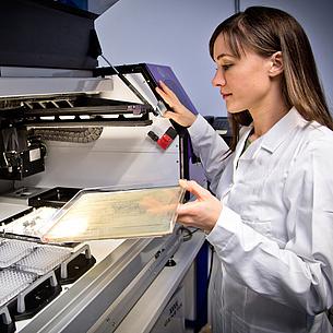 Eine junge Frau im Labor bei mikrobiologischen Untersuchungen. Bildquelle: Lunghammer – NAWI Graz