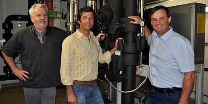 Gernot Prem, Horst Gangl und Siegfried Pabst stehen vor der Klimaanlage.