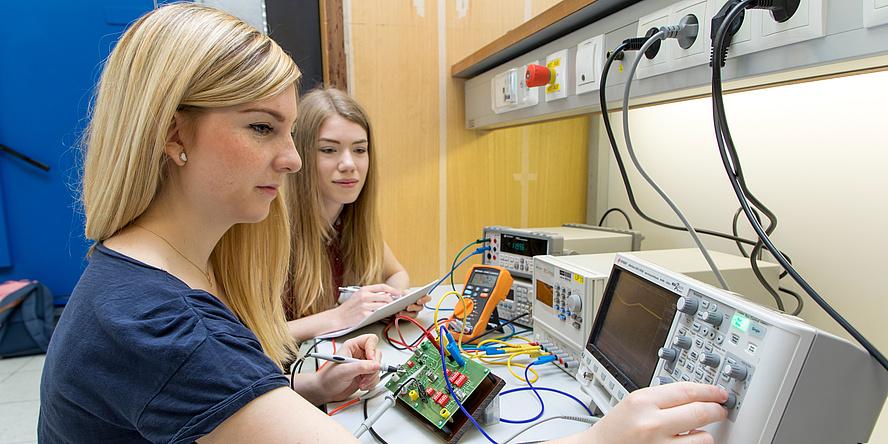 Zwei junge Studentinnen arbeiten mit Messsystemen