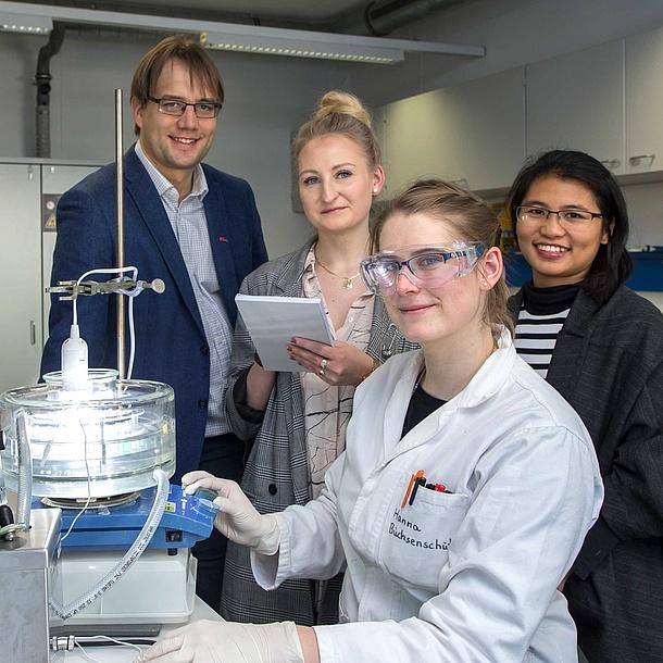 4 Personen in einem Labor