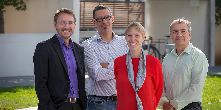 Martin Wilkening, Ulrich Hirn, Annette Mütze und Vincent Lepetit stehen auf einer Wiese.