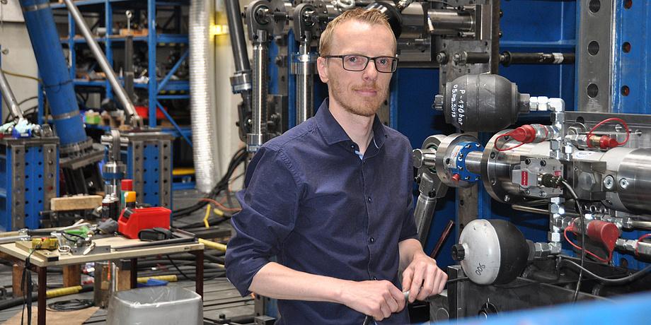 Peter Brunnhofer bei einem Versuchsaufbau im Betriebsfestigkeitslabor.