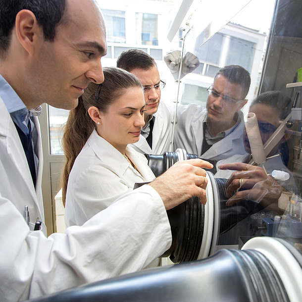 Several researchers at work in a laboratory. Photo source: Lunghammer - TU Graz