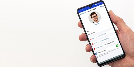Smartphone-Display mit Daten eines Telefonkontakts