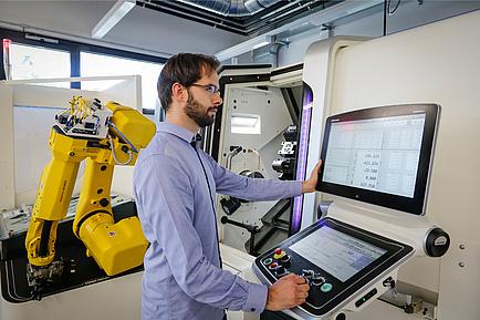 TU Graz-Forscher bedient ein CNC-Dreh-, Fräs- und Verzahnungszentrum
