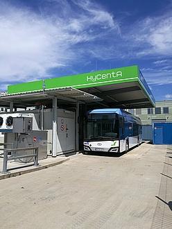 Ein Bus an einer Tankstelle