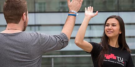 """Eine Studentin und ein Student der TU Graz beim """"give me five"""""""