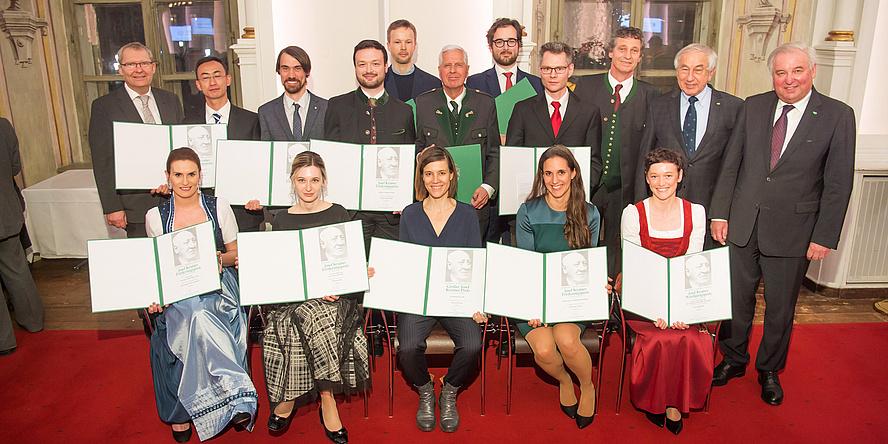 Preisträgerinne und Preisträger der Krainer-Preise mit Landeshauptmann Hermann Schützenhöfer und dem Präsidenten des Gedenkwerks Gerald Schöpfer in der Aula der Alten Universität in Graz