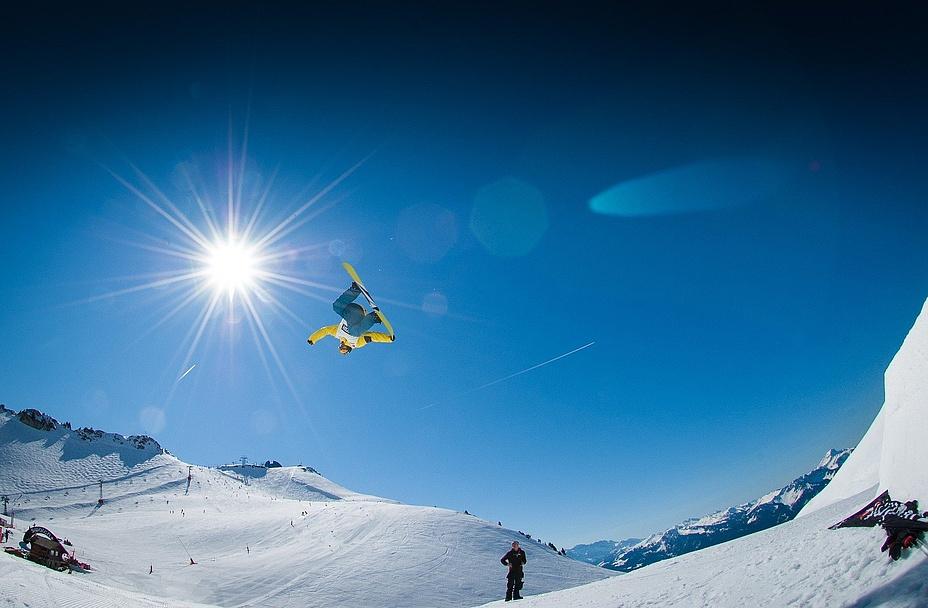 Skilandschaft mit Snowboarder