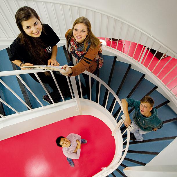 Studierende der TU Graz auf einer Treppe, Bildquelle: Lunghammer – TU Graz