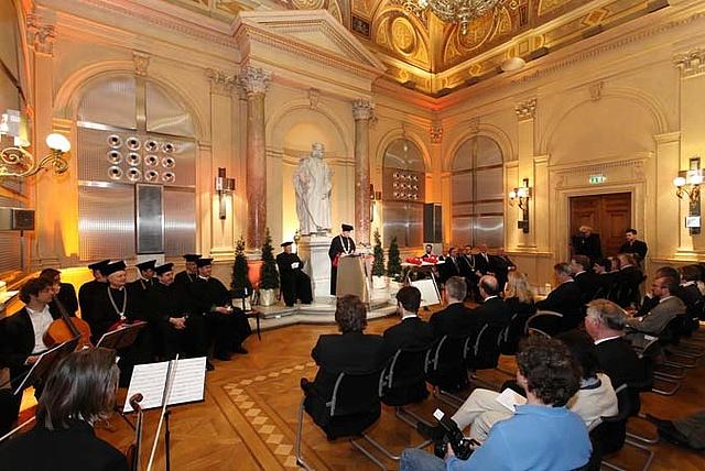 Einblick in eine akademische Feier in der Aula der Technischen Universität Graz mit den akademischen Funktionären, den zu Ehrenden und den Musikanten