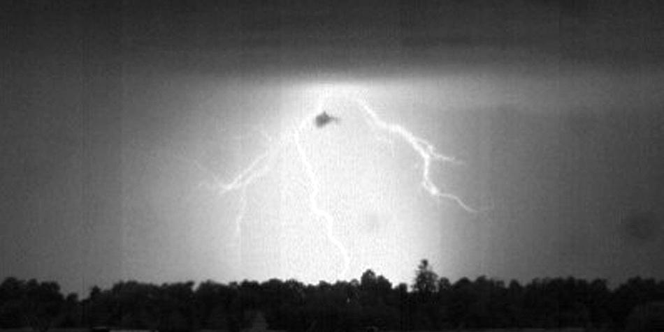 Aufnahme der Hochgeschwindigkeitskamera: Ein heller Blitz erscheint vor einem dunklen Hintergrund.