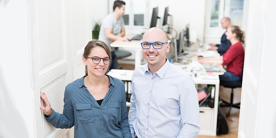 Karin Pichler und Christian Haintz stehen in ihrem Büro.