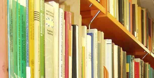 [Translate to Englisch:] Bücher in einem Regal. Bildquelle: TU Graz