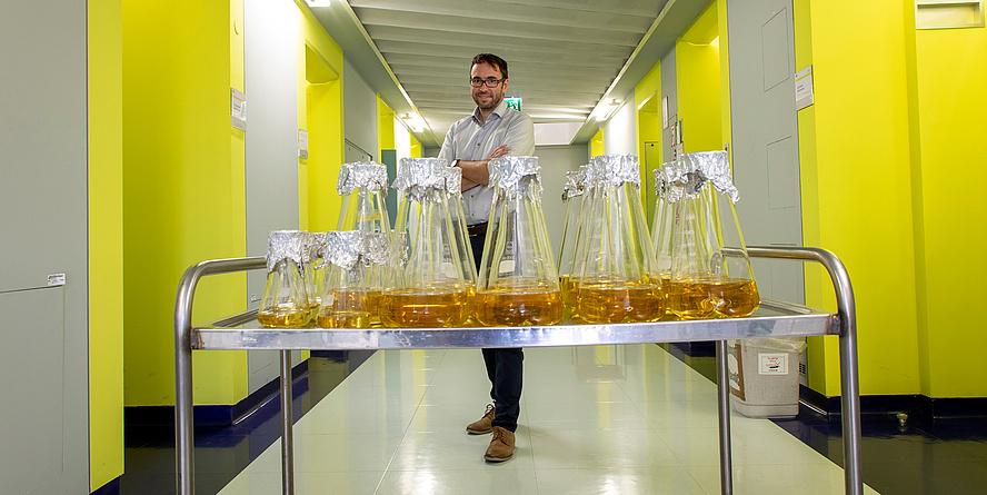TU Graz-Forscher hinter Glaskolben