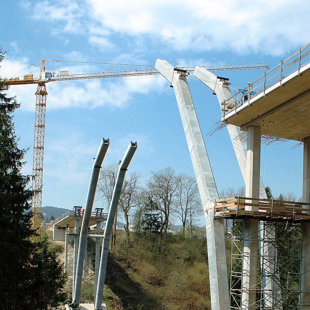 Brückenbau, Montage der Säulen. Bildquelle: TU Graz/IBB
