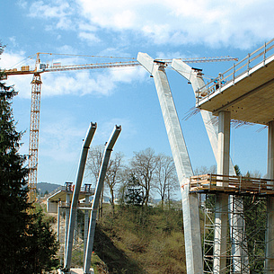 Bridge construction, mounting the pillars. Photo source: TU Graz/IBB
