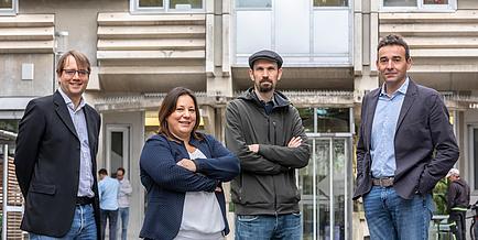 Eine Frau und zwei Männer stehen nebeneinander