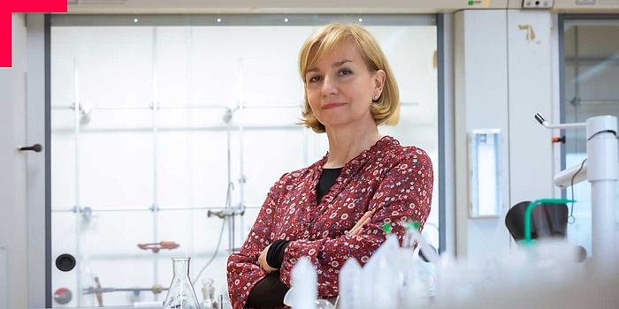 Frau in Chemielabor