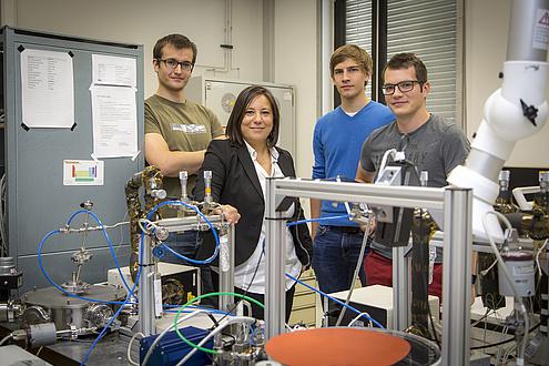 Anna Maria Coclite mit einem Teil ihres Forschungsteams im Labor.