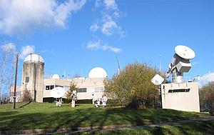 Referenzbodenstation, Gebäuden mit Satellitenantennen