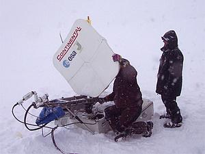 Zwei Personen mit einer Satellitenantenne