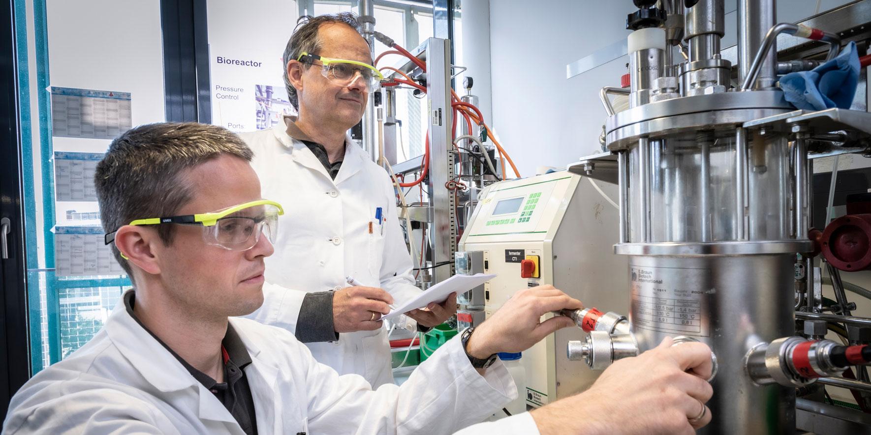 Anton Glieder mit mit einem Kollegin im Labor