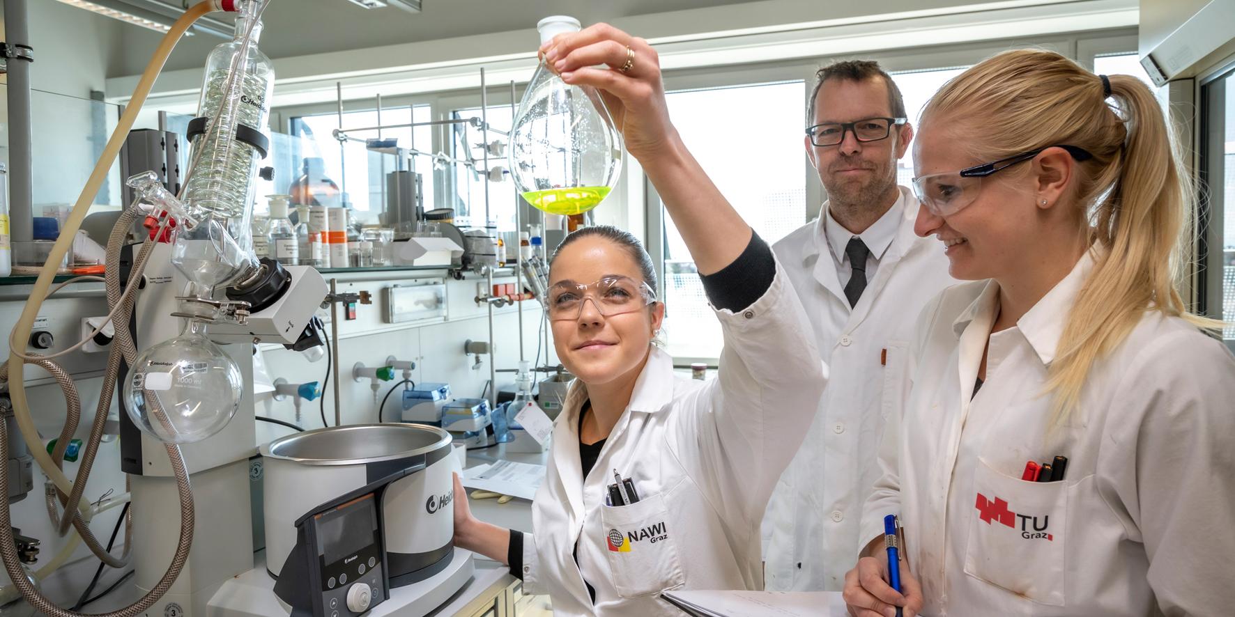 Christian Slugovc im Labor mit Kolleginnen