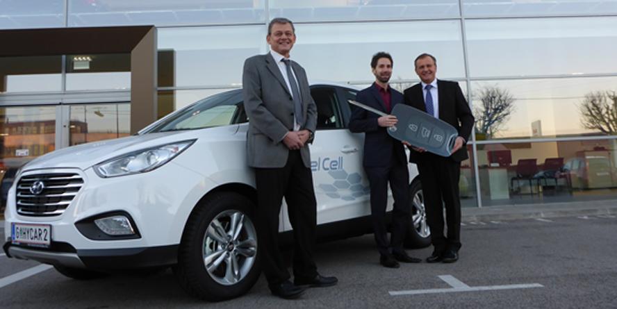 Helmut Eichlseder von der TU Graz, Alexander Trattner vom HyCentA und Michael Heilmann von Hyundai mit dem HyCar2.